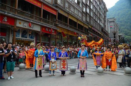 热情的宝兴人为欧洲熊猫粉丝们准备了一场隆重盛大的藏族欢迎仪式