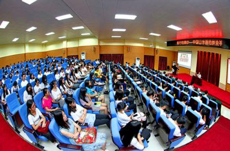 许钦松在中山大学新华学院分享山水画大气象