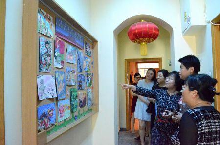 妇女小组参观孔院学生绘画展览