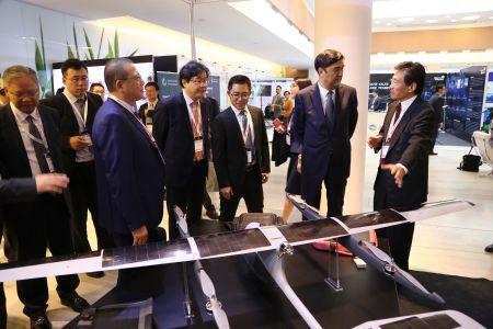 中国驻罗马尼亚大使徐飞洪(左一)陪同参加了论坛和博览会