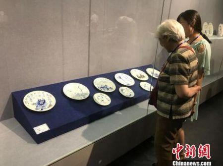 展览展出了山西省50多位漫画家的100多件瓷上漫画作品。 胡健 摄