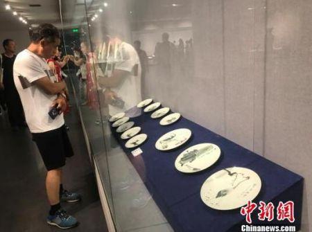 山西省工艺美术协会陶瓷文化艺术专业委员会8日在太原美术馆成立。 胡健 摄