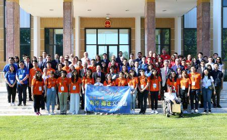 未来之星国际青年交流团在中国驻罗马尼亚使馆同使馆成员合影