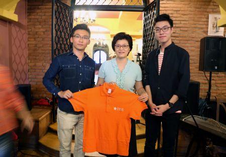 未来之星国际青年交流团向中国驻罗马尼亚大使姜瑜(中)赠送交流团T恤留念