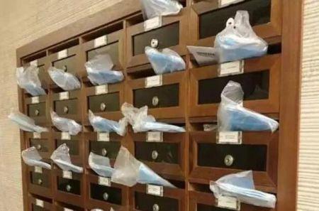 华人送给邻居的口罩。(《新欧洲侨报》)
