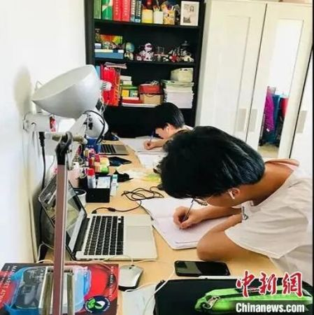 小华侨们居家学习。文成宣传部供图