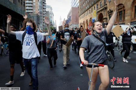 当地时间6月1日,美国纽约市曼哈顿区,民众走上街头举行抗议活动。