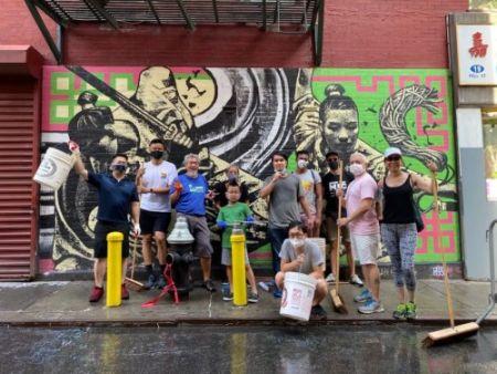 老陈和他团队的志愿者们清扫完唐人街街道。(受访者供图)