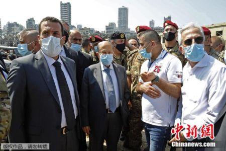 资料图:黎巴嫩总统奥恩在爆炸后的现场视察(中)。