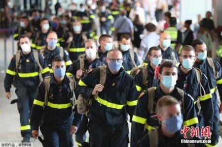 图为法国Securite Civile救援组织的成员抵达戴高乐机场,数十名救援人员将携带物资飞往黎巴嫩展开救援工作。