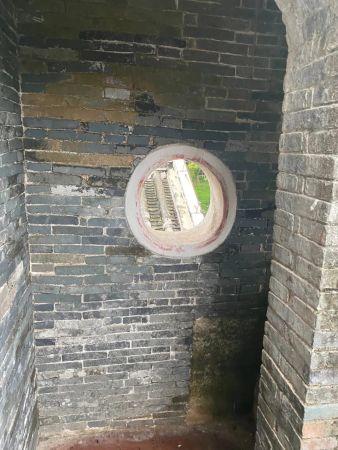 楼梯间暗藏的射击孔(李明阳/摄)