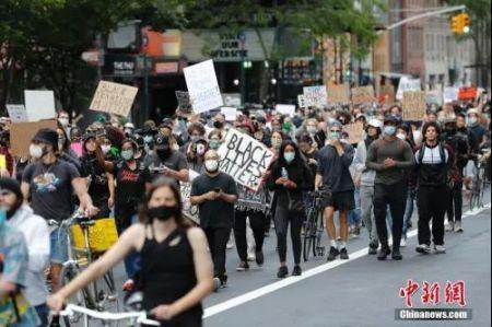 资料图:美国民众持续抗议警察暴力执法。中新社记者 廖攀 摄