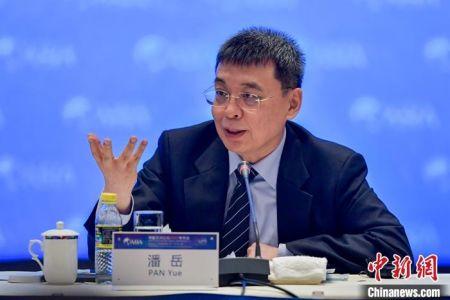 4月19日,博鳌亚洲论坛2021年年会华商领袖与华人智库圆桌会议在海南博鳌举行。图为国务院侨务办公室主任潘岳出席并发言。 中新社记者 骆云飞 摄